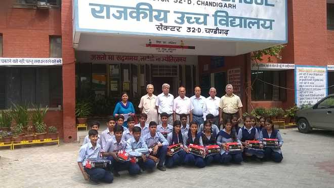 Mahajan Sabha Assists Deserving Kids Of GHS-32