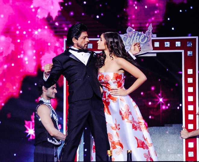Big B, Alia Win Top Honours At Star Screen Awards