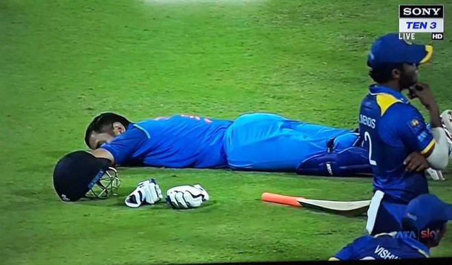 Dhoni's On Field Power Nap