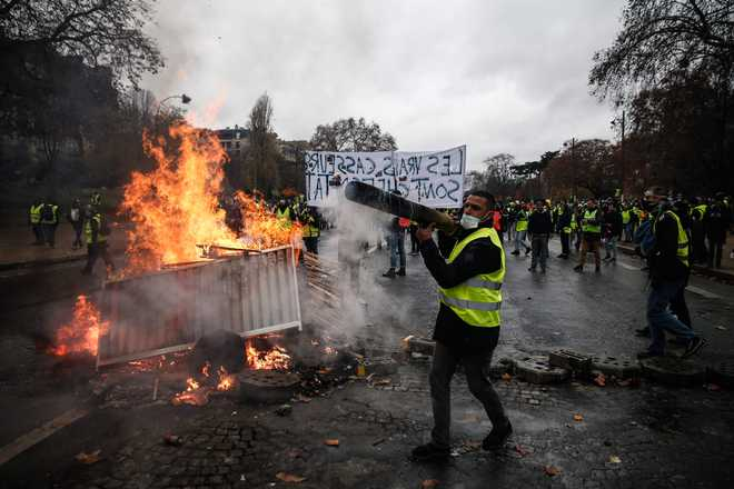 French Govt Holds Crisis Talks After 'Yellow Vest' Riots