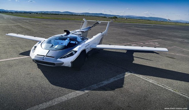 A Car That Turns Into Seaplane