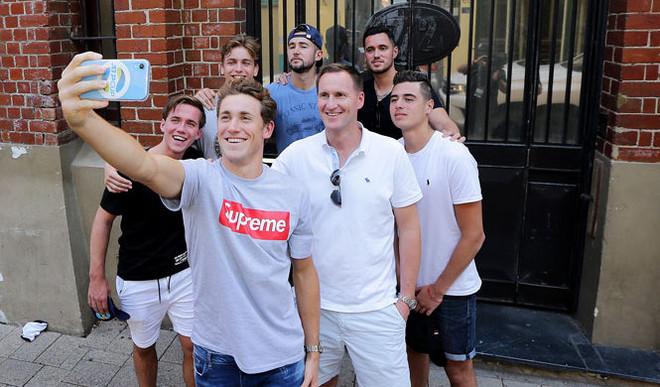 Long-distance Group Selfies