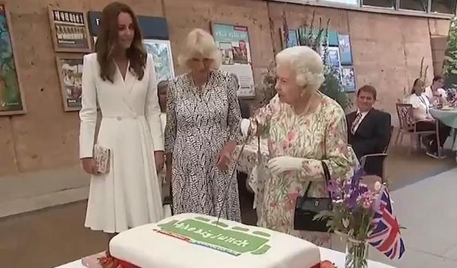 Queen Elizabeth Cuts Cake With Sword
